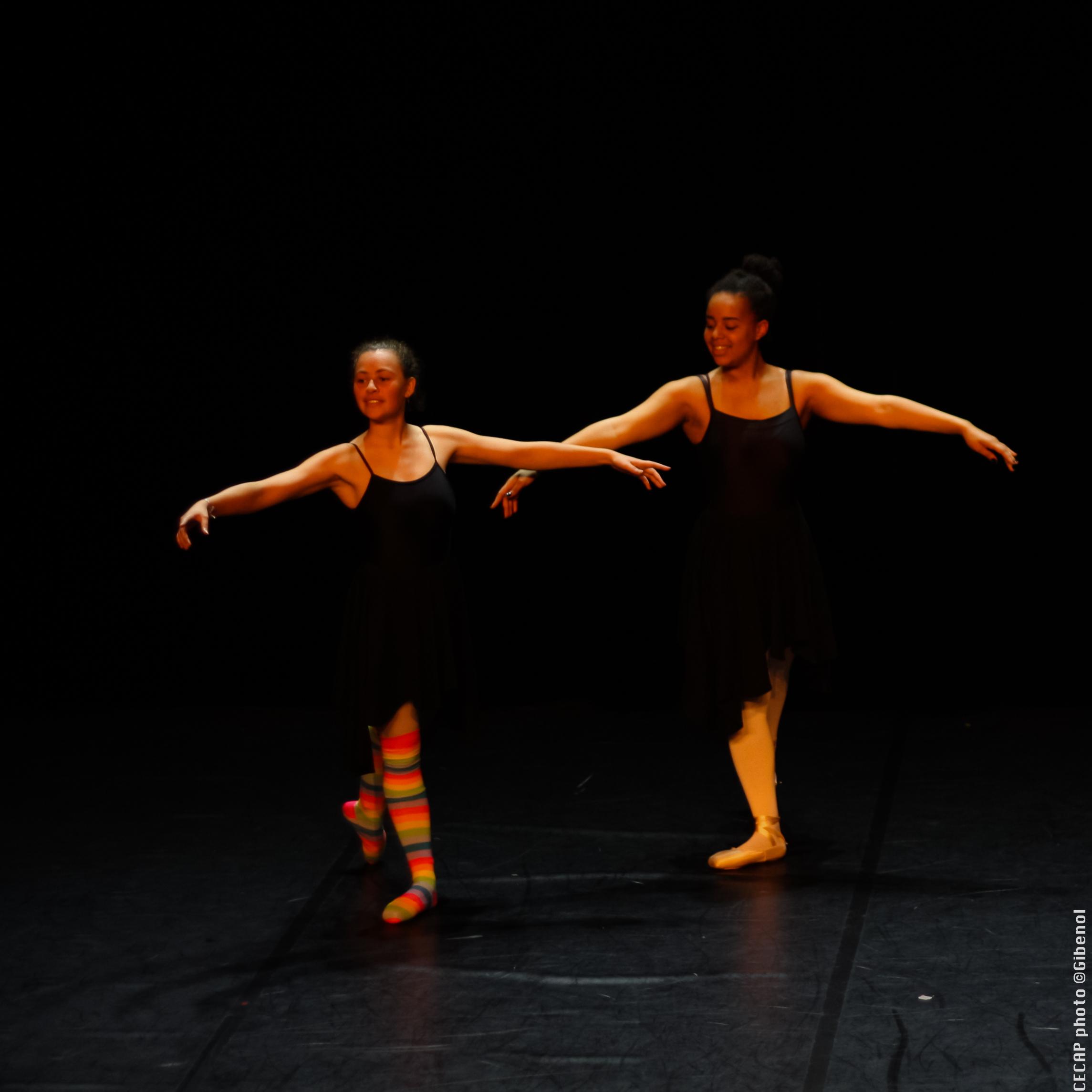 Deux danseuses classiques lors d'un spectacle du CECAP Lorient