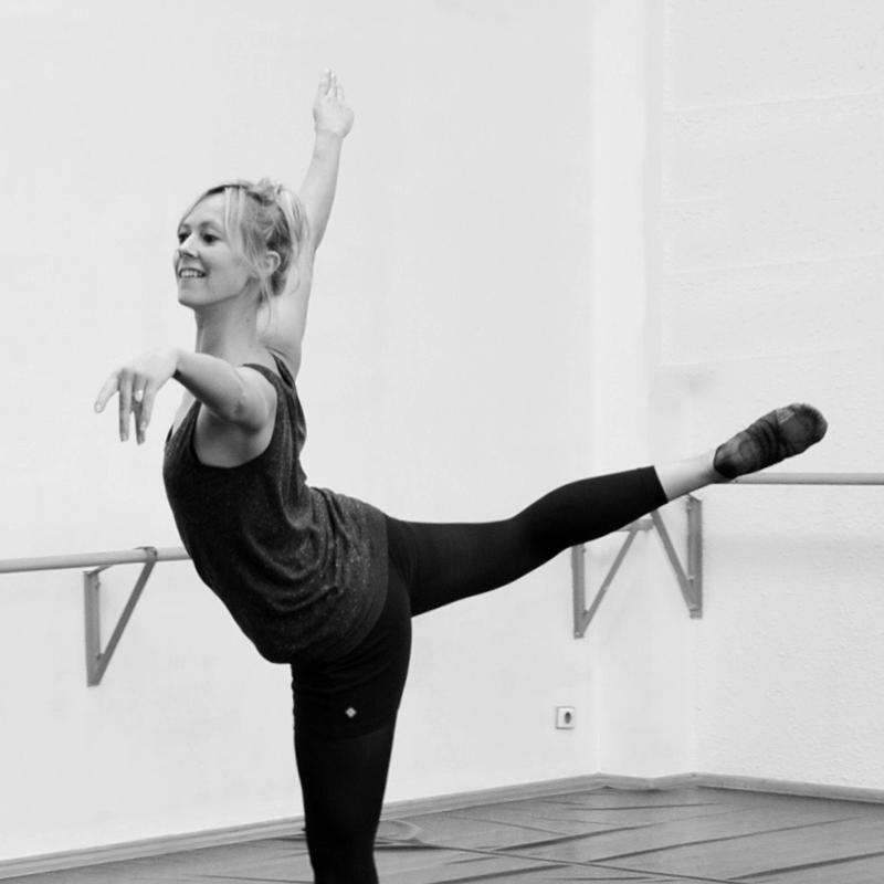 Aline Boisdanghien, professeur de danse classique au CECAP Lorient en train de danser