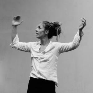 Astrid Le Jeune, professeur de danse contemporaine, en train de danser