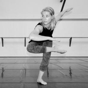 Déborah Sonneville, professeur de jazz au CECAP Lorient, en train de danser